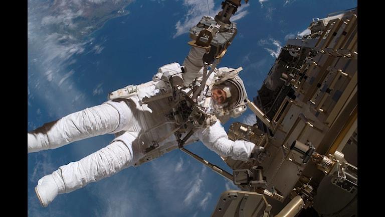 Christer Fuglesang utanför rymdstationen ISS. Foto: Nasa