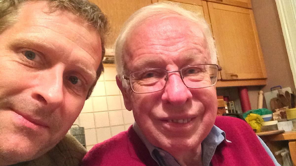 Gustaf Klarin tar en selfie med Tomas Lindahl i hans kök. Foto: Gustaf Klarin/SR