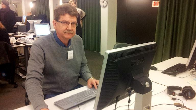 Michael Tjernström vid dator. Foto: Björn Gunér/SR