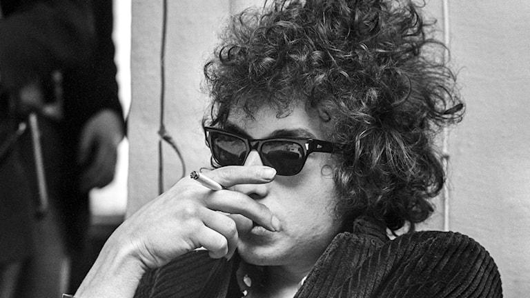 Bob Dylan med solglasögon och cigarett i handen. Foto: Olle Lindeborg/TT