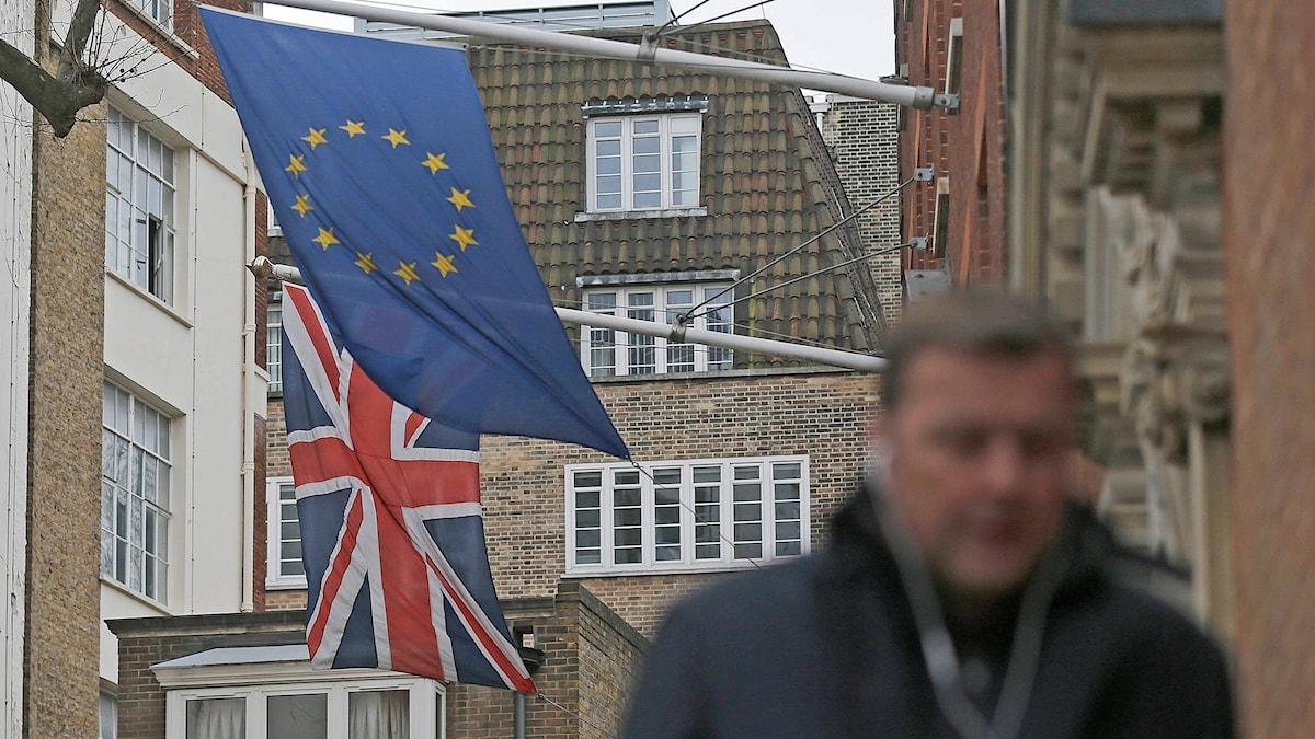 EU-flagga och brittisk flagga.