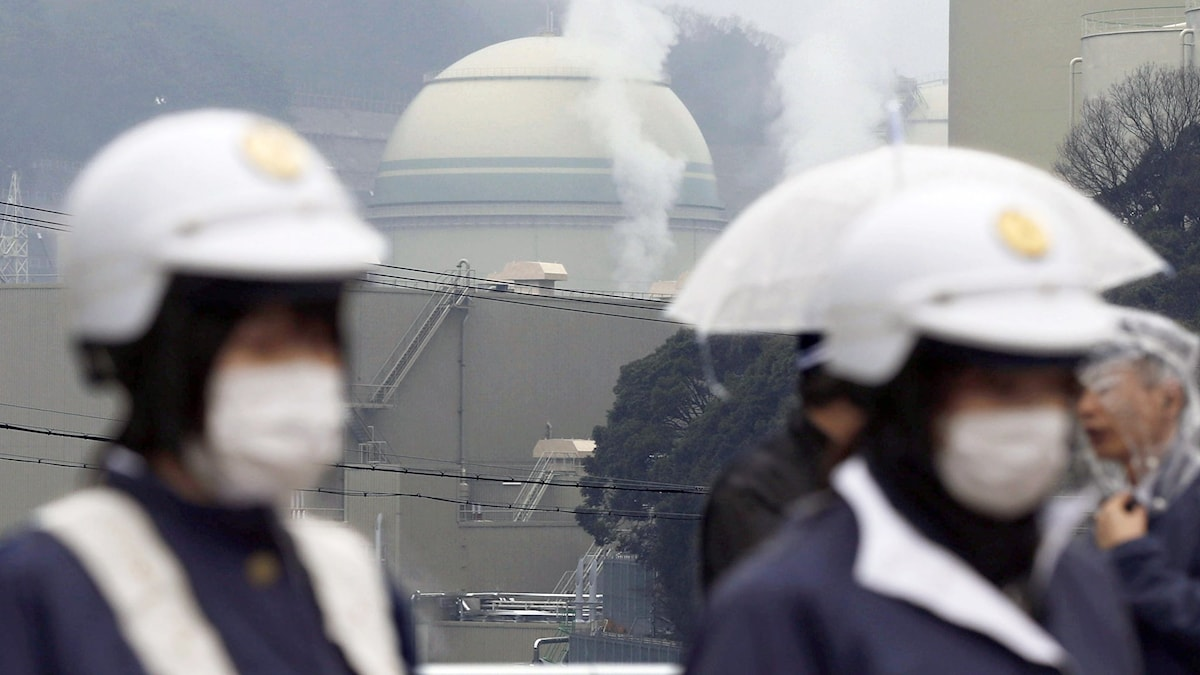 Poliser vaktar reaktor