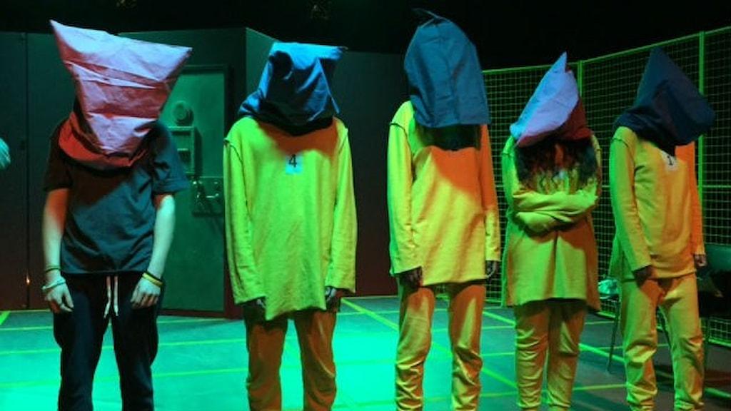 """Fångar på scenen förnedras i pjäsen """"Makten är din?""""."""
