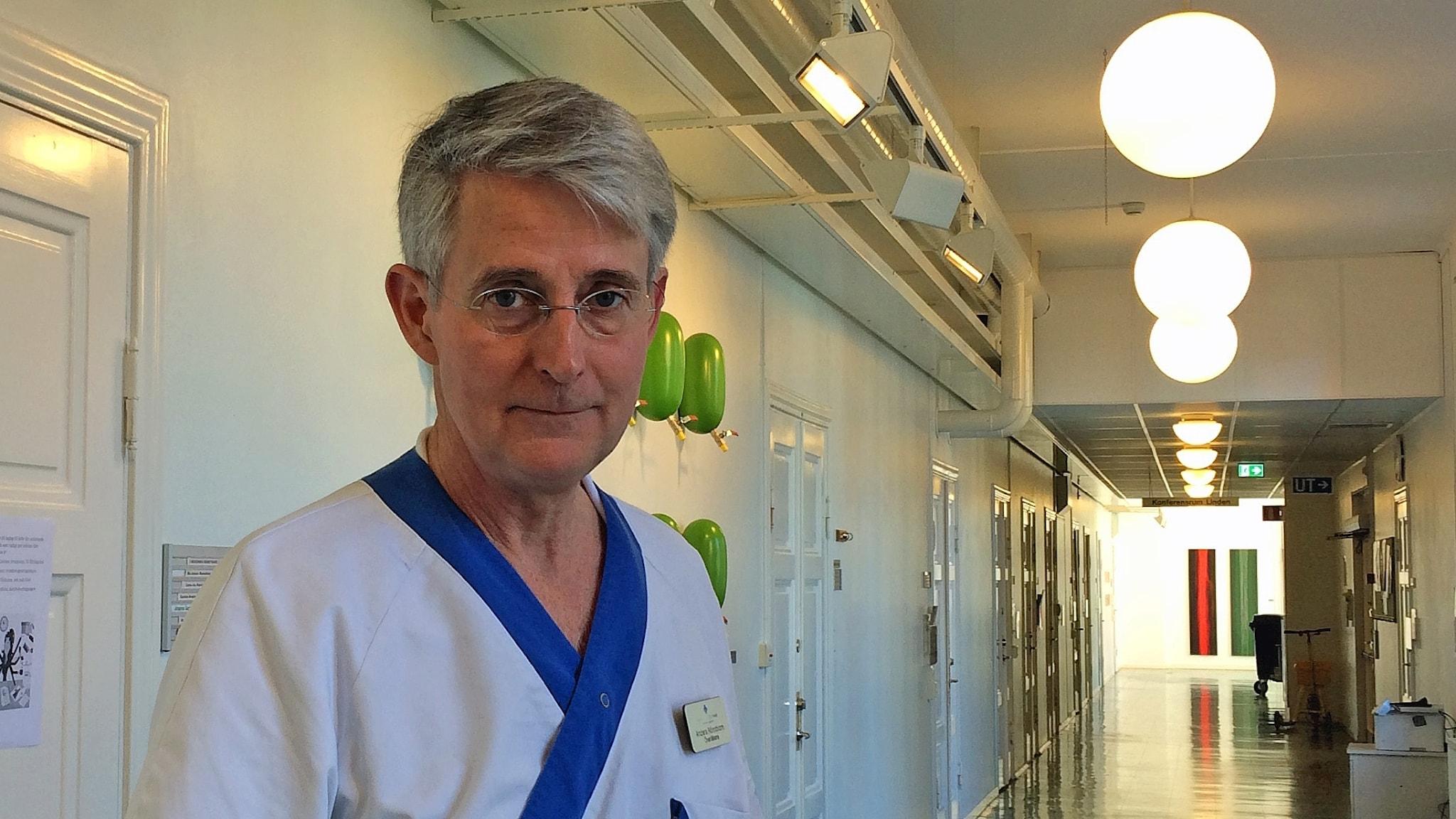 Anders Rönnblom i sjukhuskorridor