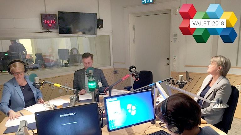 Fyra personer sitter vid ett runt bord i en studio.