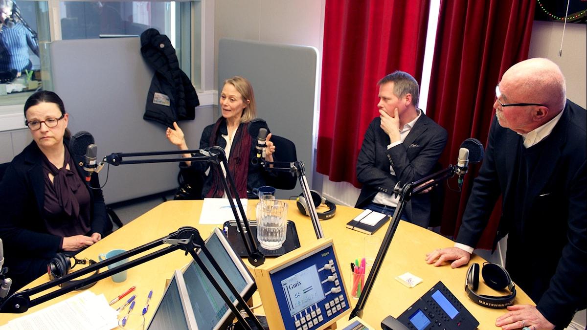 Fyra personer i en radiostudio