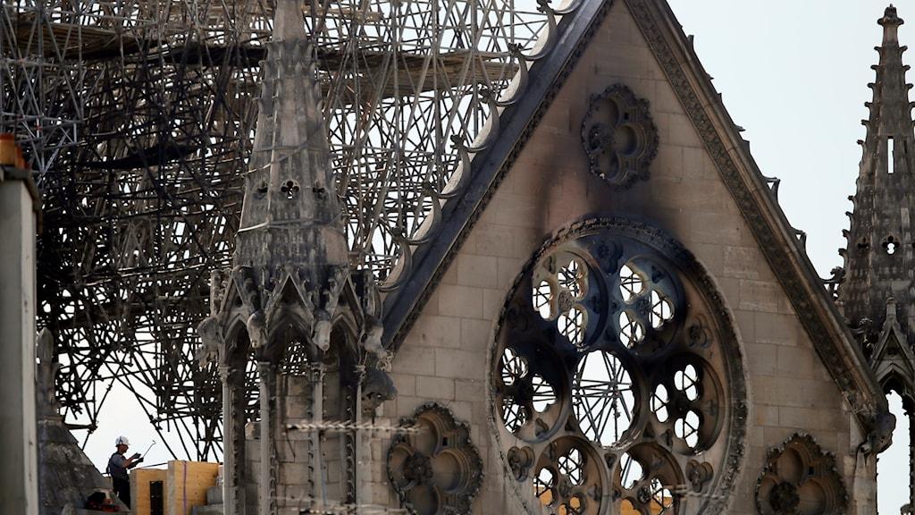 En bit av den brandskadade Notre Dame-katedralen.
