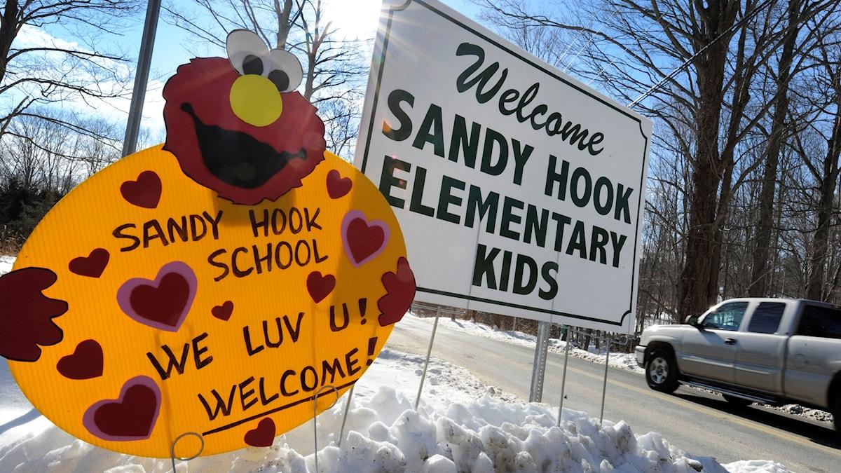 Två skolskyltar som välkomnar till Sandy Hook Elementary school