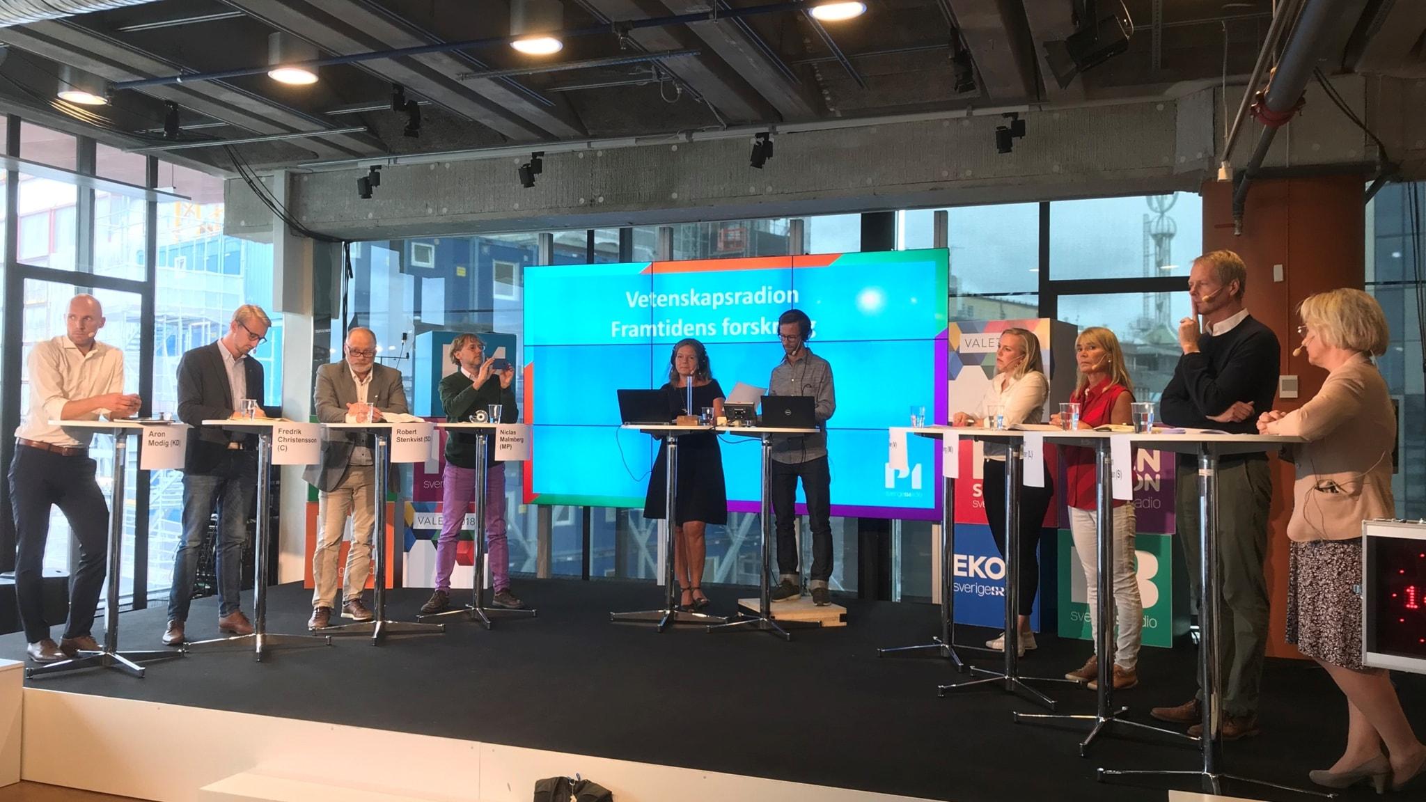 Samtliga riksdagspartiers forskningspolitiska talespersoner deltar på scen tillsammans med Veckomagasinets programledare Lena Nordlund och producent Björn Gunér.