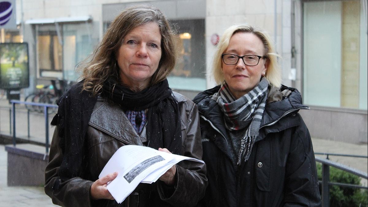 Lena Nordlund och  Gunilla Carstenssen med snöflingor runt sig.