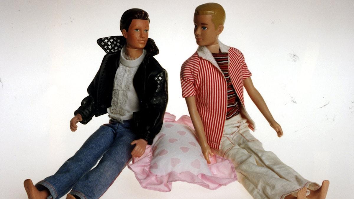 barbiedockorna Ken och Ken sitter på kudde med rosa hjärtan