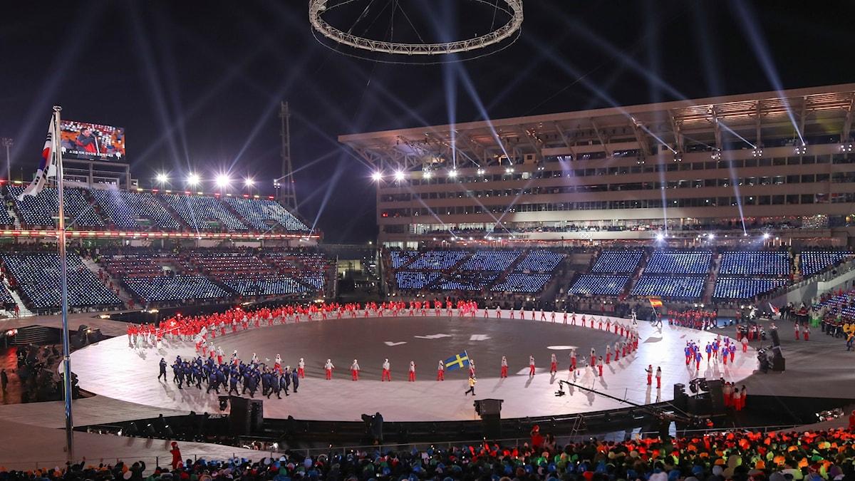 Fanbäraren Niklas Edin leder in Sveriges OS-trupp på arenan under invigningen av  vinter-OS i Pyeongchang, Sydkorea.