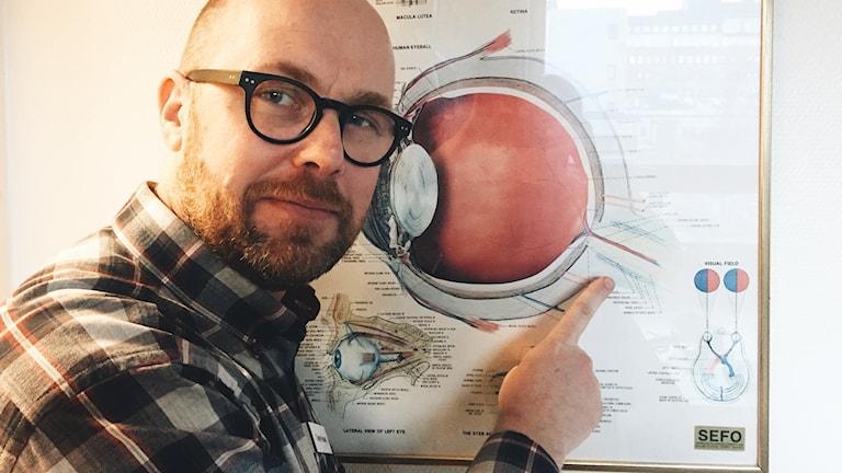 Forskaren Tony Pansell pekar på en synnerv