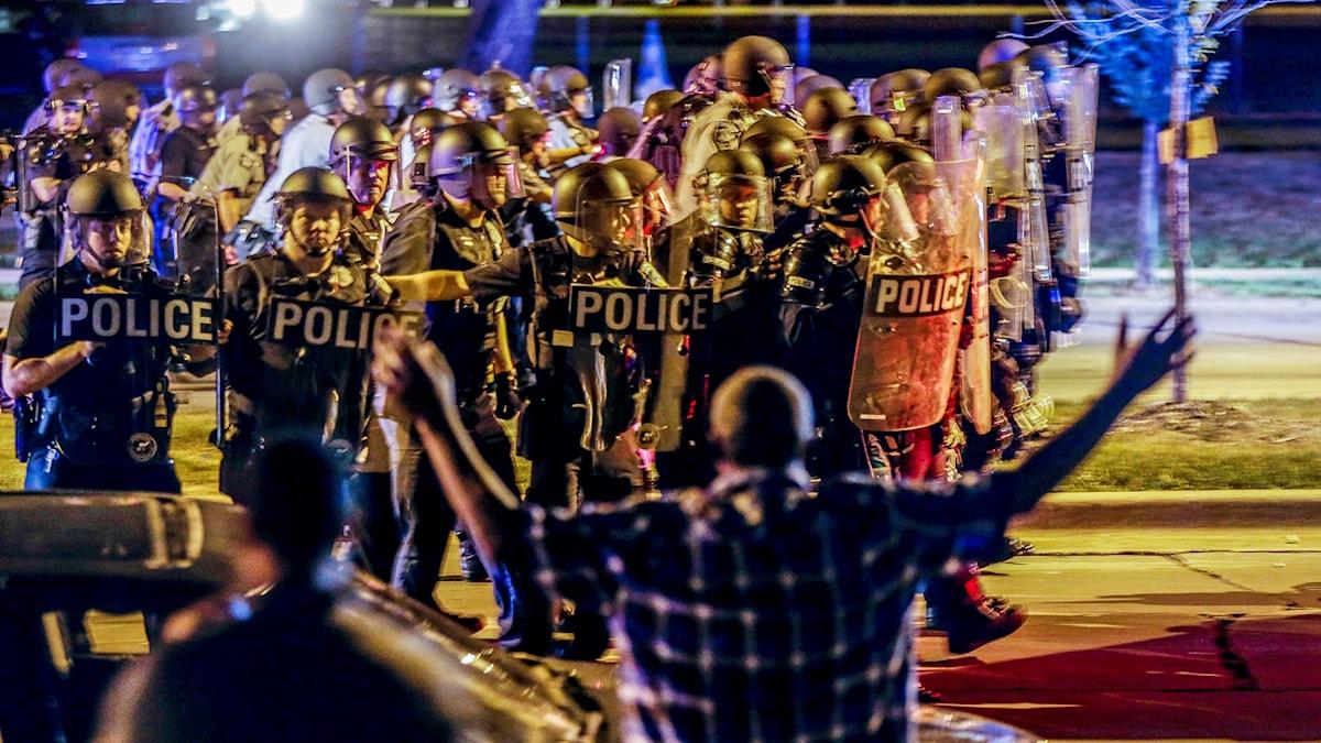 Grupp personer och många poliser
