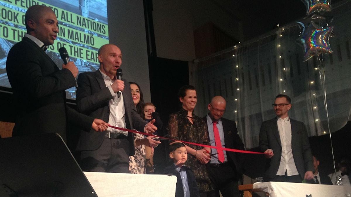 Röda bandet klipps på invigningen av den nystartade pingstförsamlingen i Malmö. Foto: Matilda Ljungkvist/SR