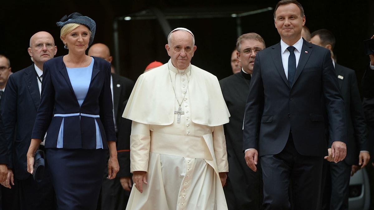 Påve Franciskus i Krakow med den polske presidenten  Andrzej Duda hans fru Agata Kornhauser-Duda. Foto: TT/AP