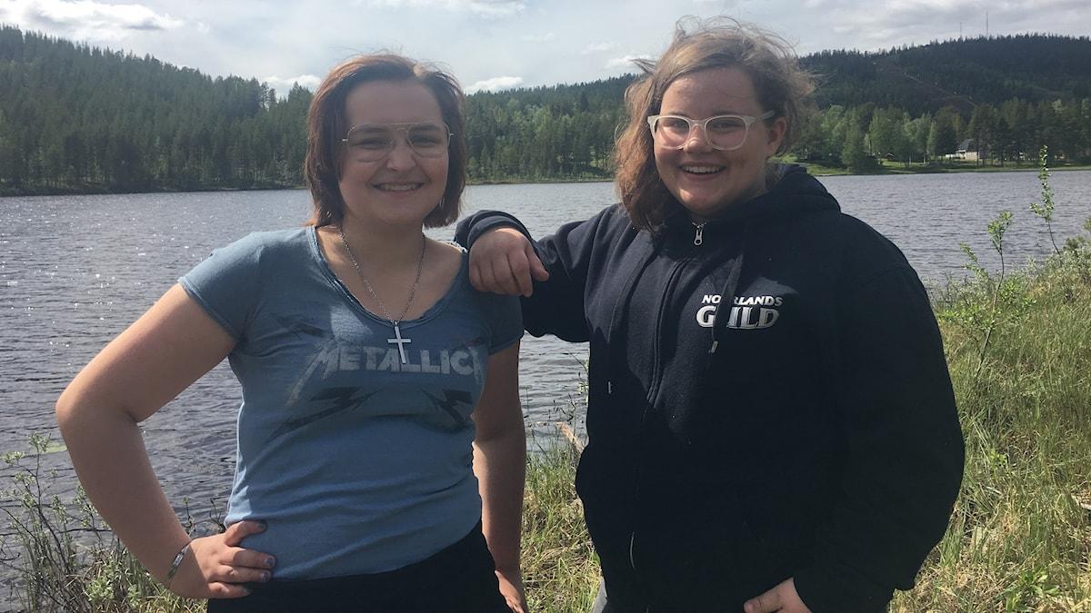 Vilma 16 år och Alva 14 år på samiskt ungdomsläger Fotograf Alexandra Sandels