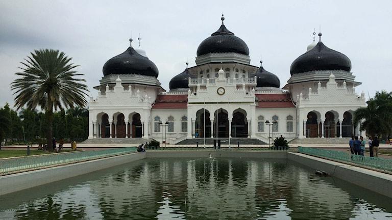 Den stora moskén i centrala Banda Aceh som klarade sig helt oskadd i tsunamin 2004. Foto: Margita Boström/SR