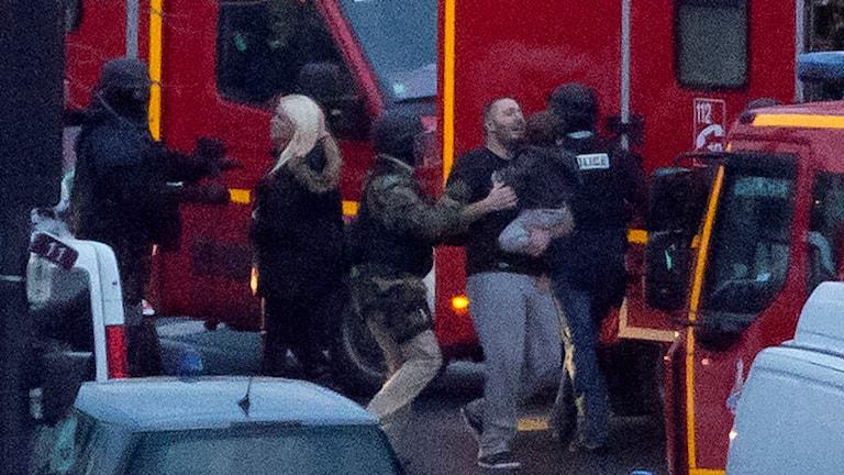 Överlevare ur gisslan undsätts efter gisslandramat i kosherbutiken i Paris. Foto: Michel Euler/TT