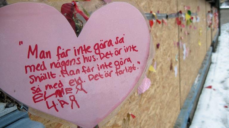 Elmer 4 år är en av dem som har skrivit en hälsning utanför den utbrunna lokalen. Foto: Maja Falkeborn Willner/Sveriges radio