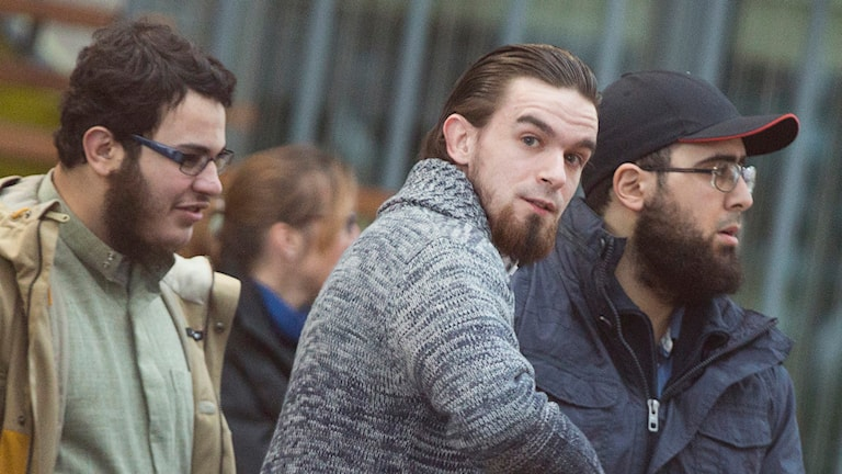 ''Younes'' (i mitten), en av hundratals belgiska jihadister, är nu dömd för att ha begått terrorhandlingar i Syrien. Foto: Virginia Mayo/TT