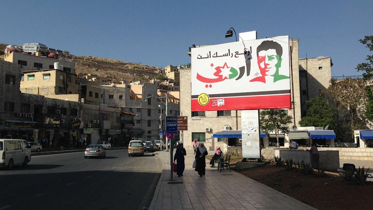 """Bildtext: En skylt i Amman med texten """"Håll huvudet högt, du är jordanier""""."""