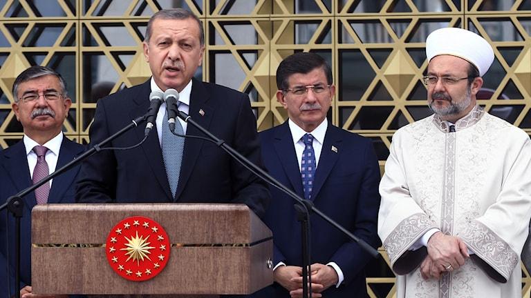 Mehmet Gormez (till höger) från turkiska religionsminiteriet Diyanet som publicerat rapporten om IS.