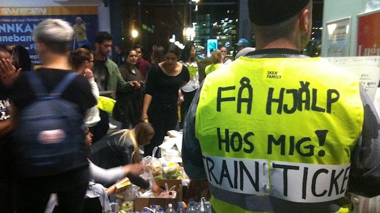 Volontärer tar emot flyktingar på Malmö Central