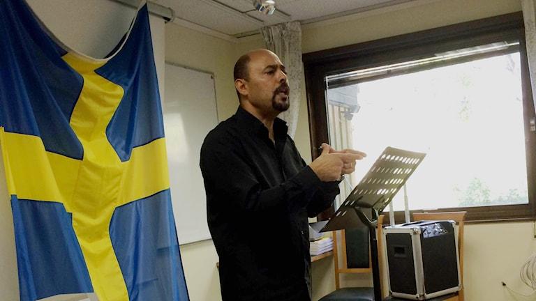 Pastor Merzek Botros håller föredrag på kurs för nykristna arabisktalande i Flen. Foto: Alexandra Sandels/Sveriges radio