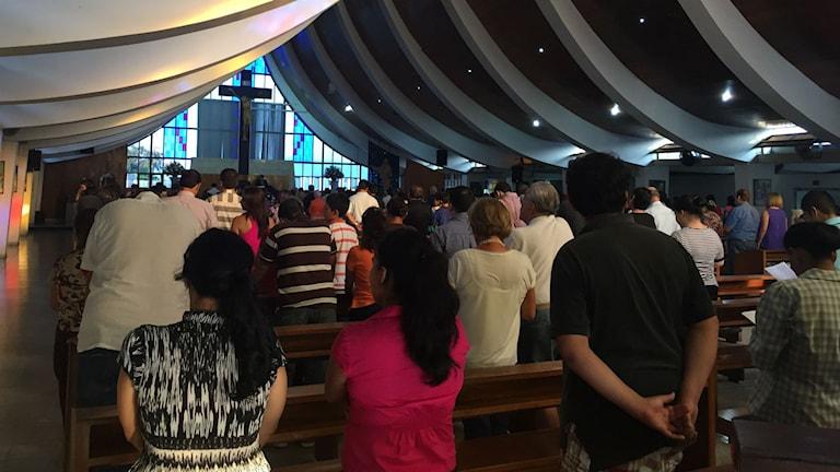 Fredagsmässa i San Salvador. Kyrkorna spelar en viktig roll i samhället. Foto: Lotten Collin /SR