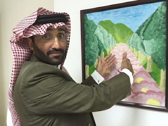 Dr Yehia, Rehabiliteringscentrets chef, visar hur de intagna målar sitt land i ljusa färger. Foto: Cecilia Uddén.