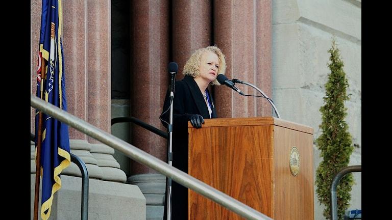 Salt Lake Citys första öppet homosexuella borgmästare, Jaqueline Biskupski, håller sitt installationstal.