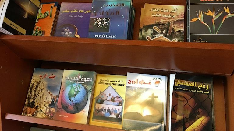 Böcker om kristen tro på arabiska inne i biblioteket på Global Gemenskap. Foto: Alexandra Sandels/SR