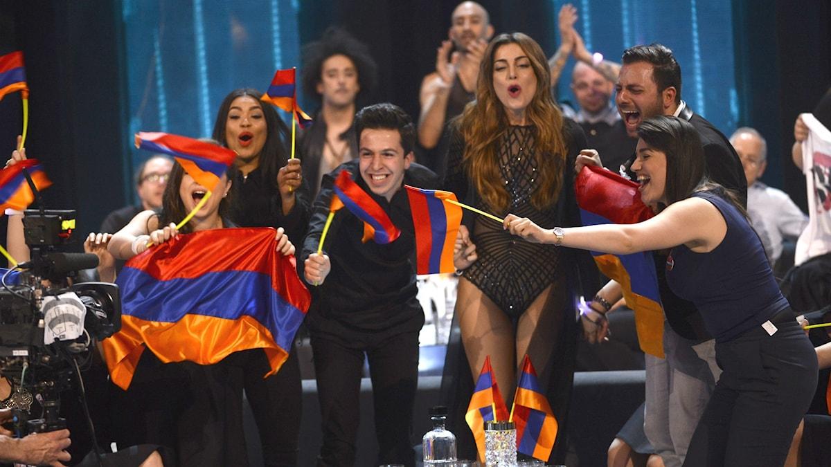 Flaggviftandet från Armeniens tävlande i Eurovisions semifinal skapade politisk oro.