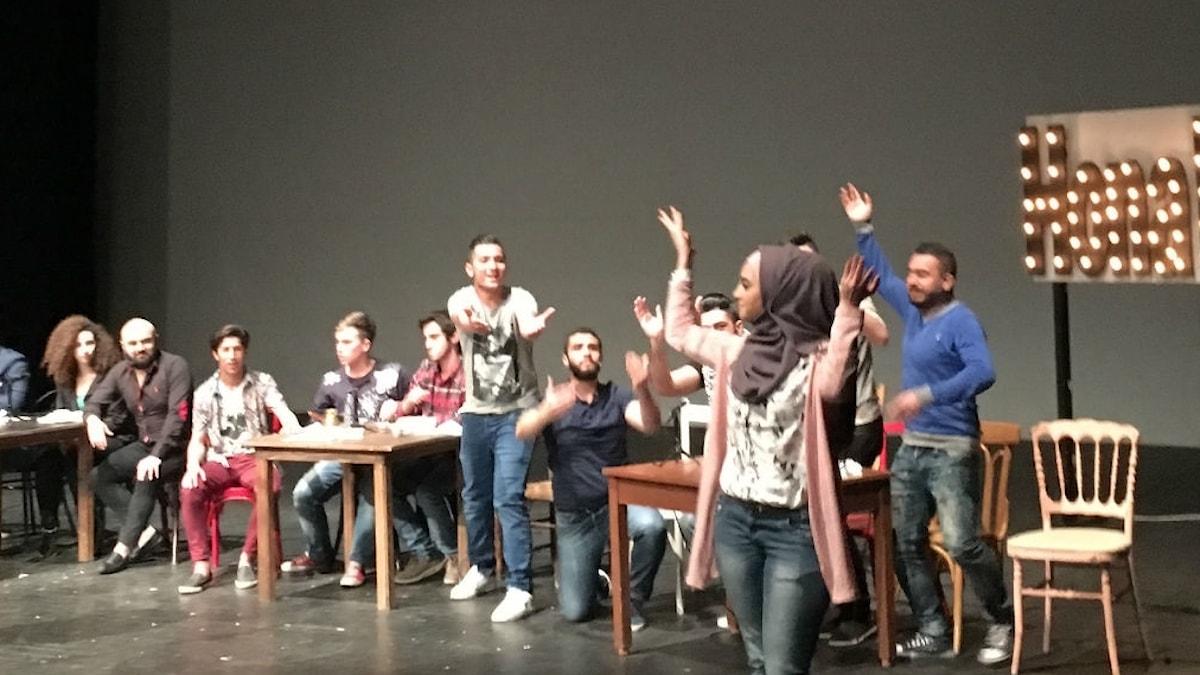 """Skådespelarna i teaterpjäsen """"Hona Beirut"""" på scen. Foto: Alexandra Sandels/SR"""