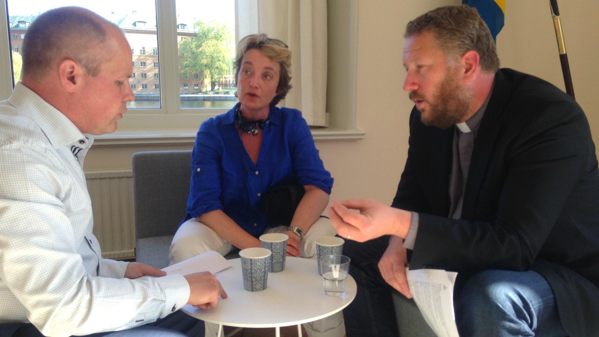 Migrationsminister Morgan Johansson, Åsa Furuhagen och Lasse Svensson från Equmeniakyrkan i intensivt samtal.