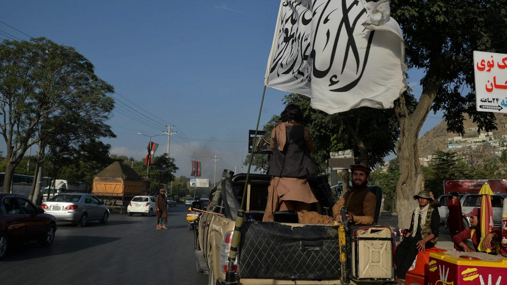 Talibaner med sin flagga i närheten av Kabul den 22:a augusti.