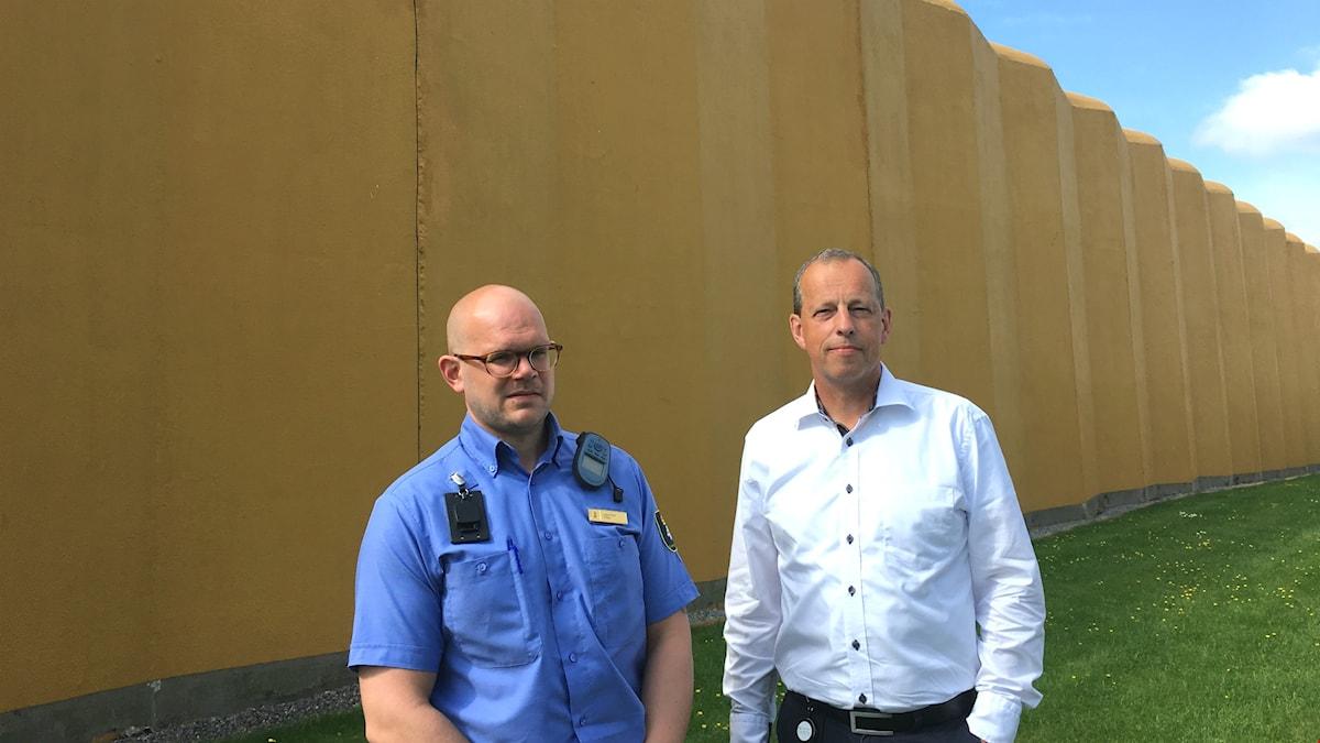 Vid fängelsemuren: kriminalvårdsinspektör Johan Fritioff och anstaltschef Kenneth Gustafsson.