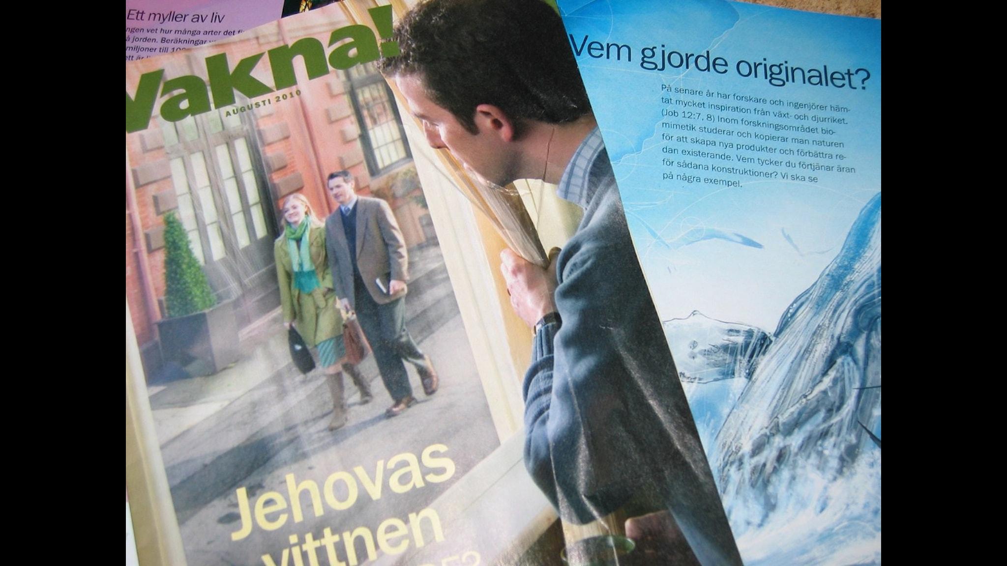 Några av Jehovas vittnens tidskrifter som delas ut på sommarmötet