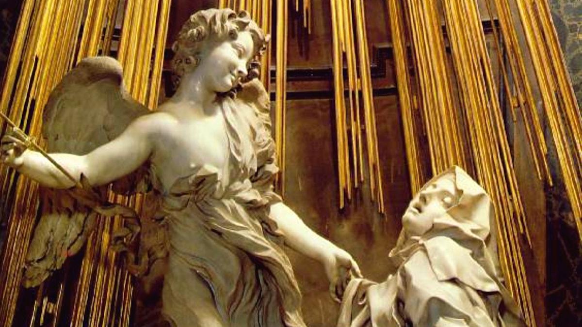 Den heliga Teresas extas, skulptur av barockkonstnären Benini. En ängel på väg att genomborra teresas hjärta med den gudomliga kärlekens pil