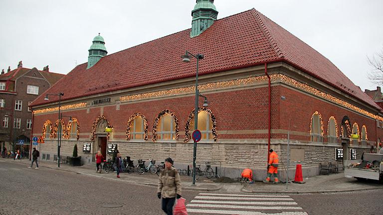 Saluhallens klassiska fasad ut mot Mårtenstorget i Lund. Foto: Hans Zillén/Sveriges Radio