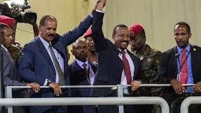 Eritreas och Etiopiens ledare firar fredsavtalet, som utvecklats helt olika i de båda länderna. Eritreas Afewerki till vänster.
