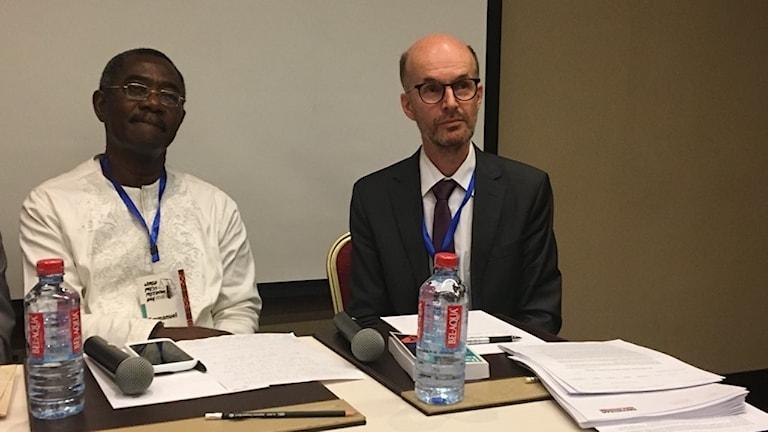 Björn Tunbäck från RUG berättar om fallet Dawit Isaak vid mötet i Accra. Vid hans sida Victor Dankwa från FN:s speciella undersökningskommission om Eritrea