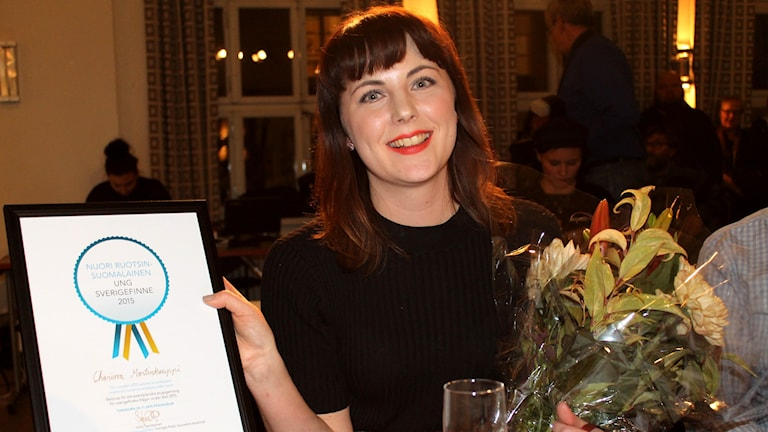 Nuori Ruotsinsuomalainen 2015 Charissa Martinkauppi ja diplomi. Foto: Irma-Liisa Pyökkimies/SR