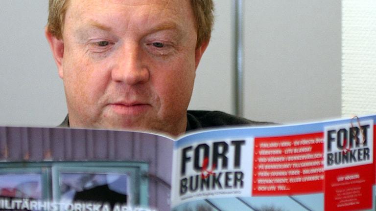 Anders Jansson med tidningen Fort & Bunker