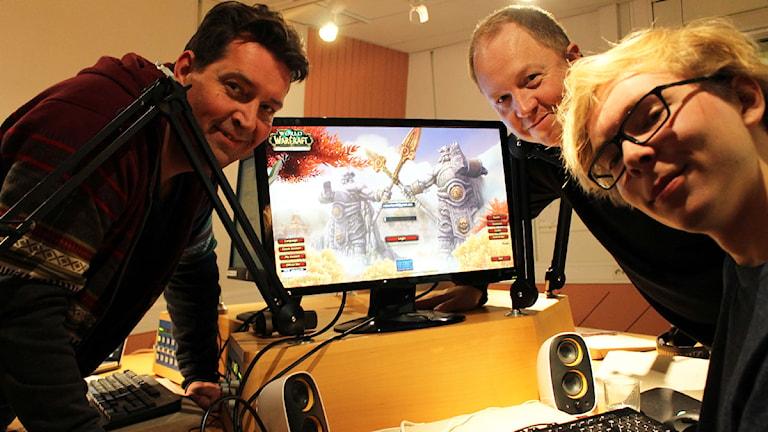 Johan Wester och Anders Jansson får hjälp av Ruben Ritzén att sätta upp en egen avatar i spelet World of Warcraft. Foto: Ronnie Ritterland / Sveriges Radio