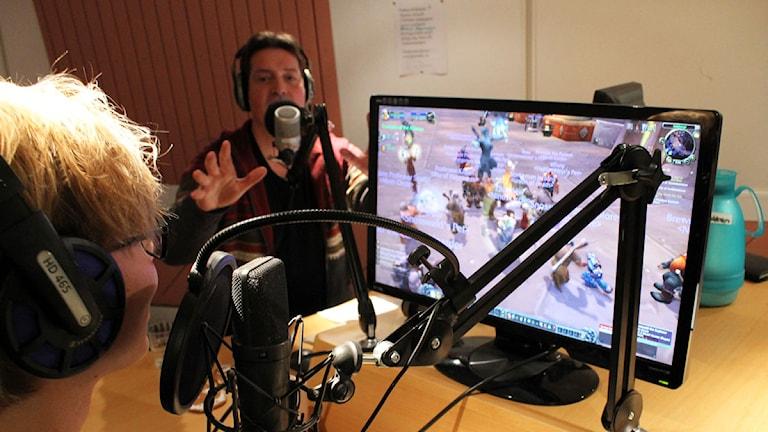 Kom och häng med dvärgprästen Zbigniew utanför banken. Ruben Ritzén rattar Jansson och Westers WoW-avatar. Foto: Ronnie Ritterland / Sveriges Radio