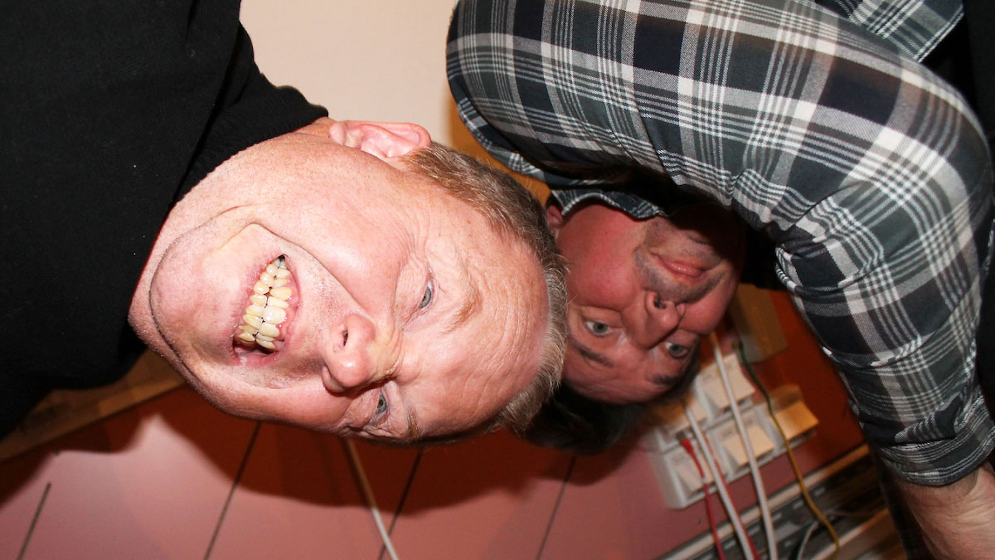 Utmaningen: Anders Jansson och Johan Wester får mycket förslag på att göra fysiska prestationer i studion. Foto: Ronnie Ritterland / Sveriges Radio
