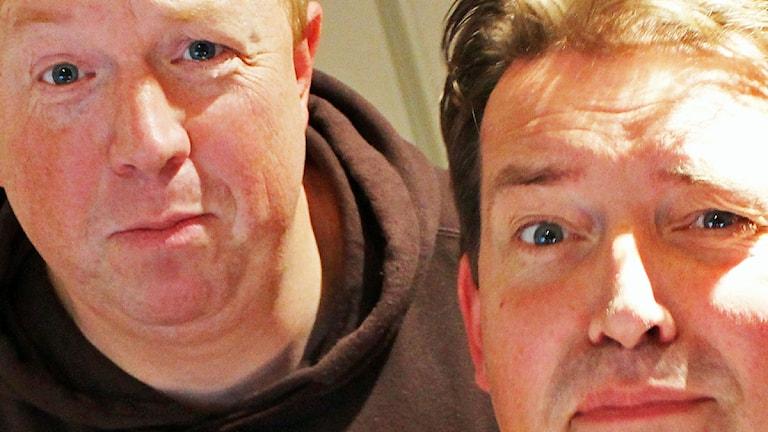 Zbigniew är död. Anders Jansson och Johan Wester är förtvivlade. Foto: Ronnie Ritterland / Sveriges Radio