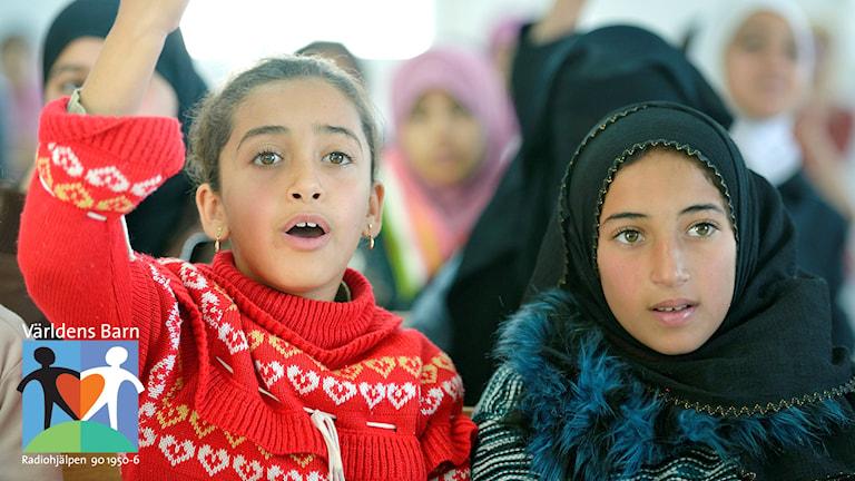 Världens barn i P4. Flickor på en skollektion i flyktinglägret Zaatari nära Mafraq i Jordanien.